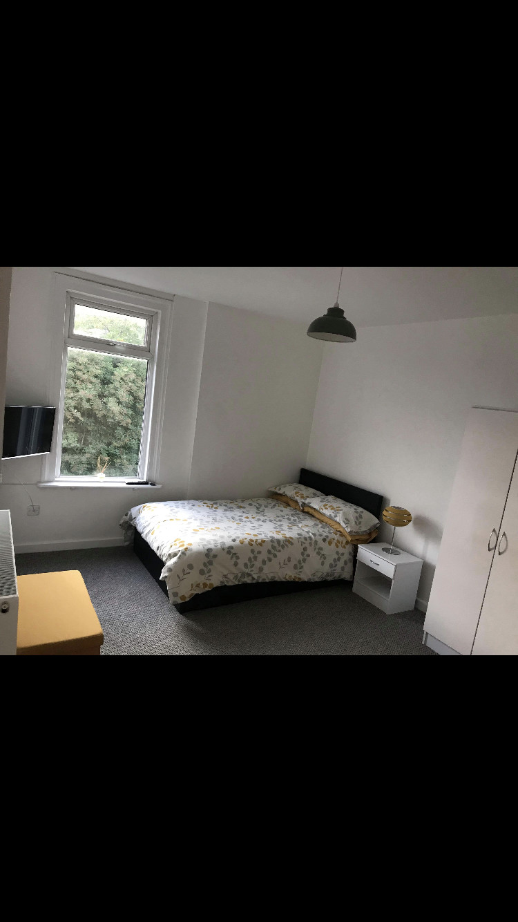 King-Size Room in Oldham, Manchester- Possibly suited for Couple