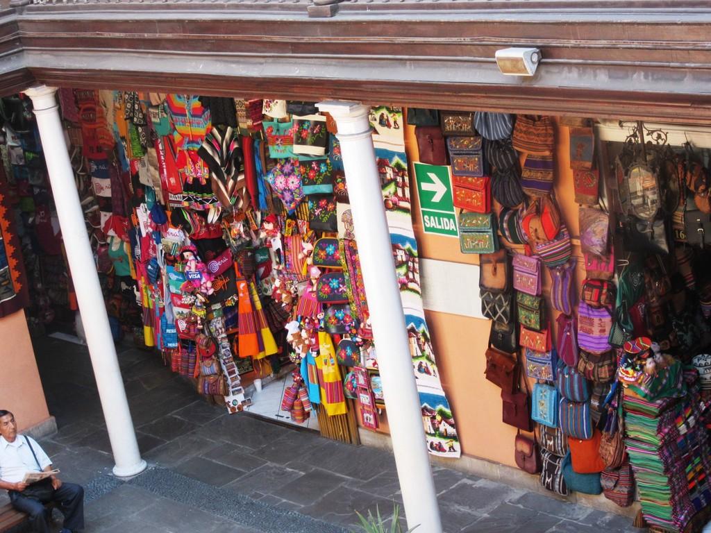 La piazza per comprare souvenirs peruviani