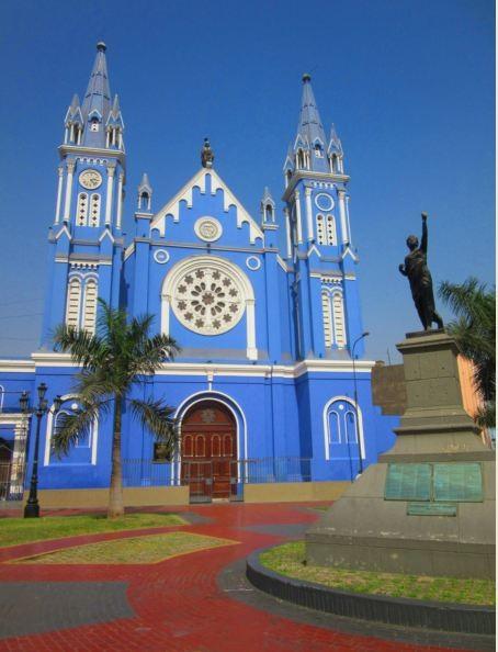 la-plaza-iglesia-azul-gotica-llena-histo