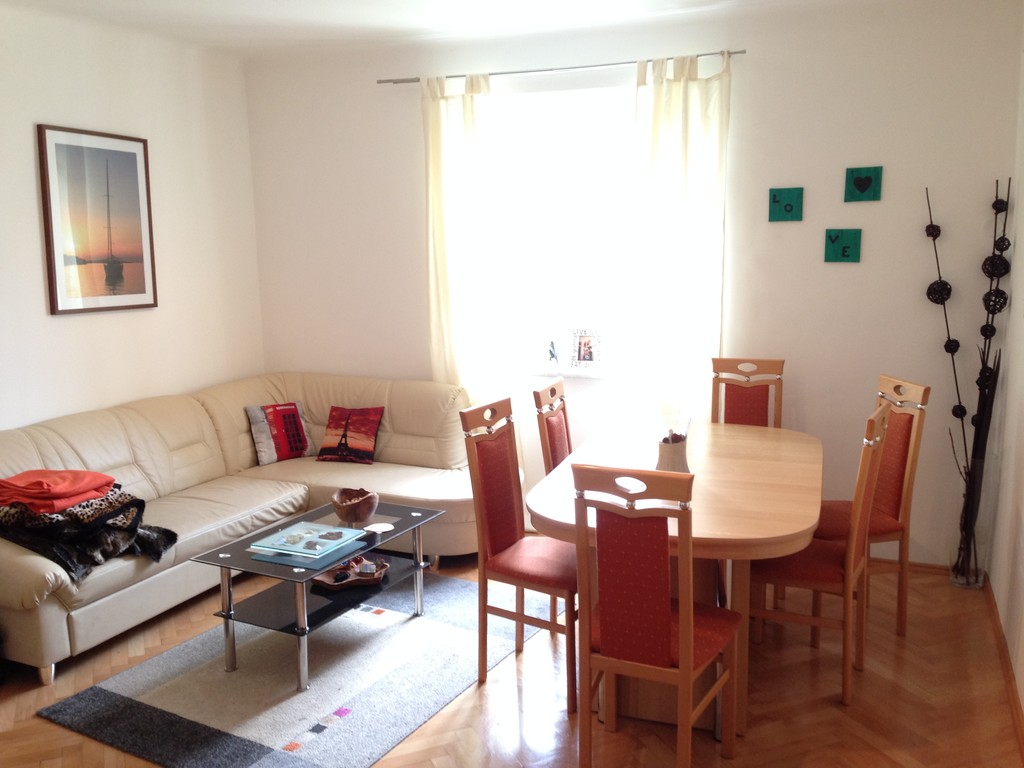 Large basement apartment furnished room 13m2 easygoing for Furnished room