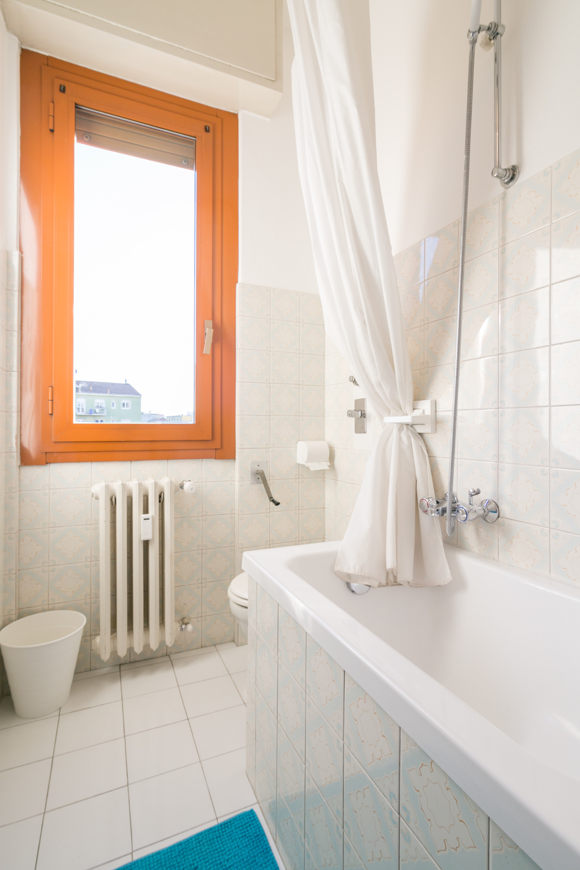 large-double-bedroom-great-window-view-milano-center-359f2d8069776df122e5d1a3eabf6d84