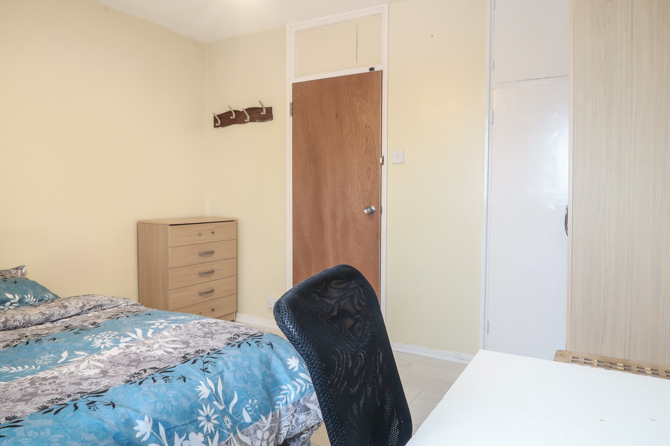 Large Double Next To Bethnal Green, Central Line, One Stop From