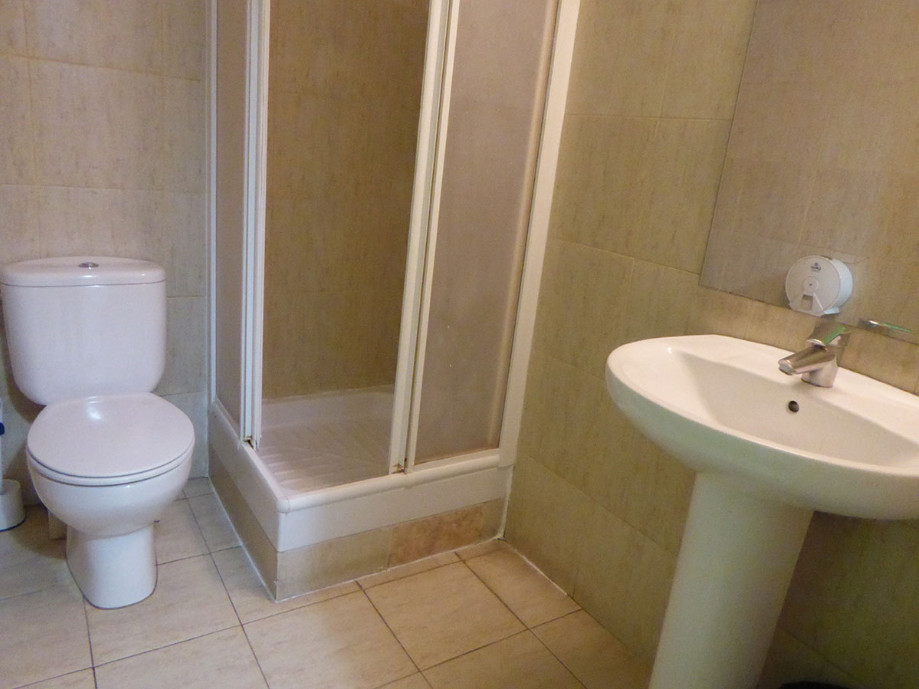 Large double room to share with girl 1ST DECEMBER