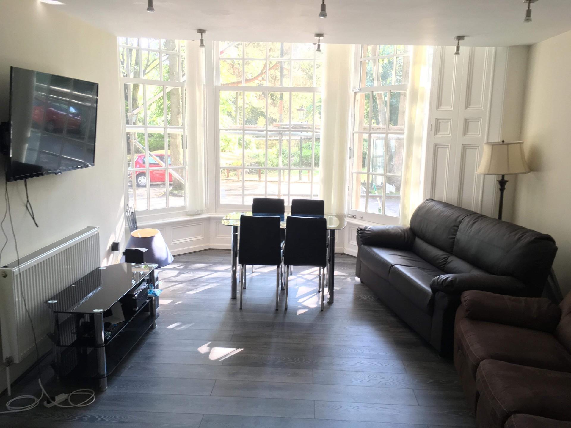 large-en-suite-double-bedroom-1f8d7bca8b7298ba68364f1f8932b483