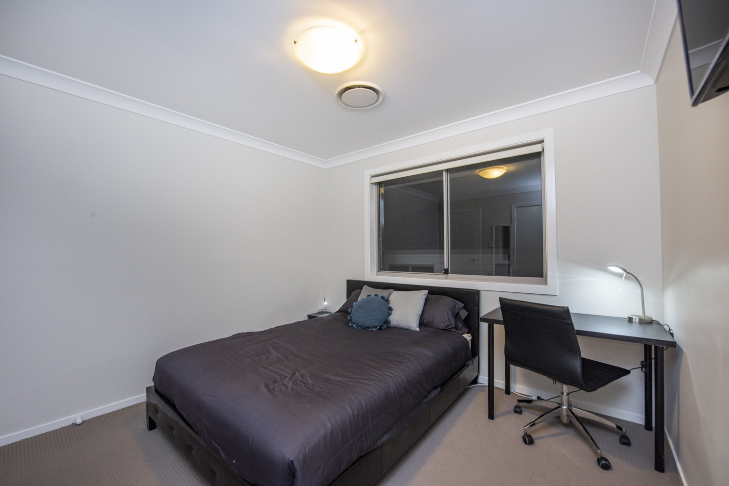 Large room available near Sydney for students