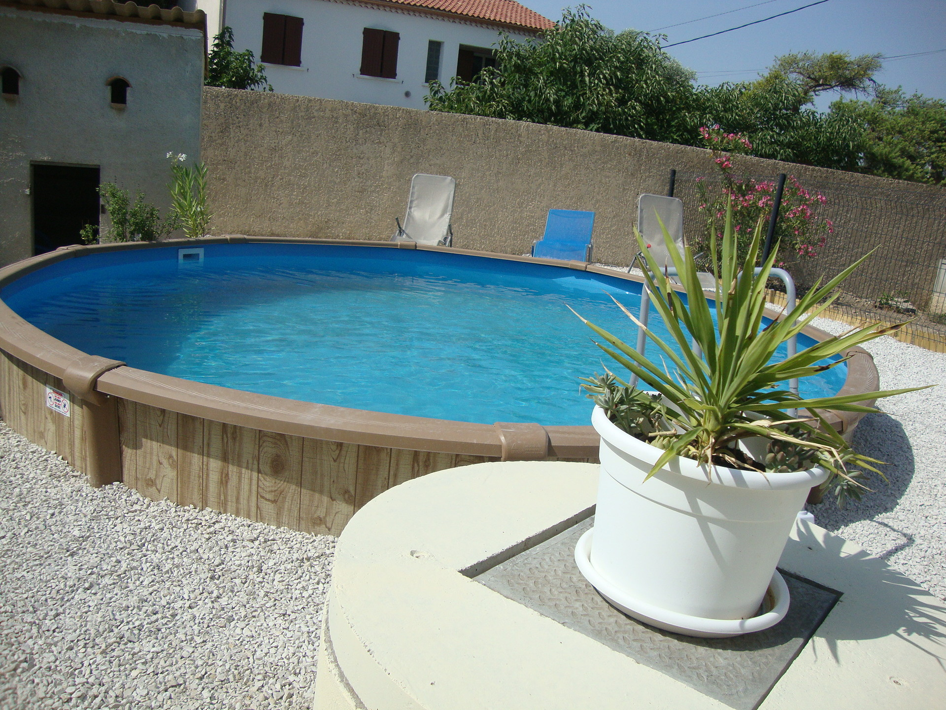 loue une chambre dans villa de 100 m2 plus piscine
