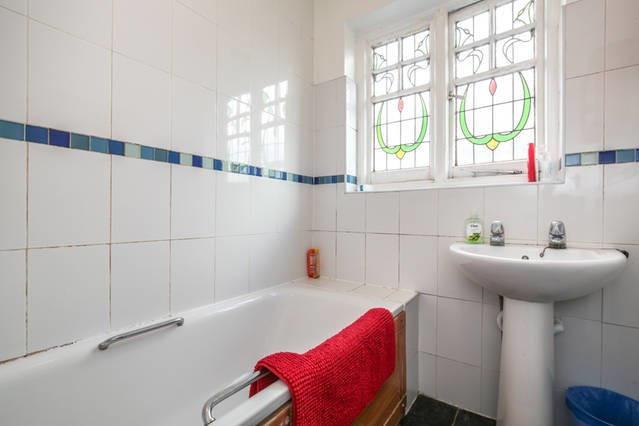 lovely-bright-single-room-9a6e309a317900