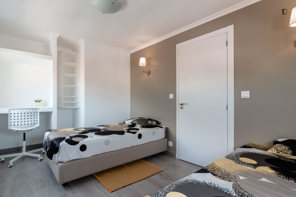 Lovely twin bedroom in Campolide