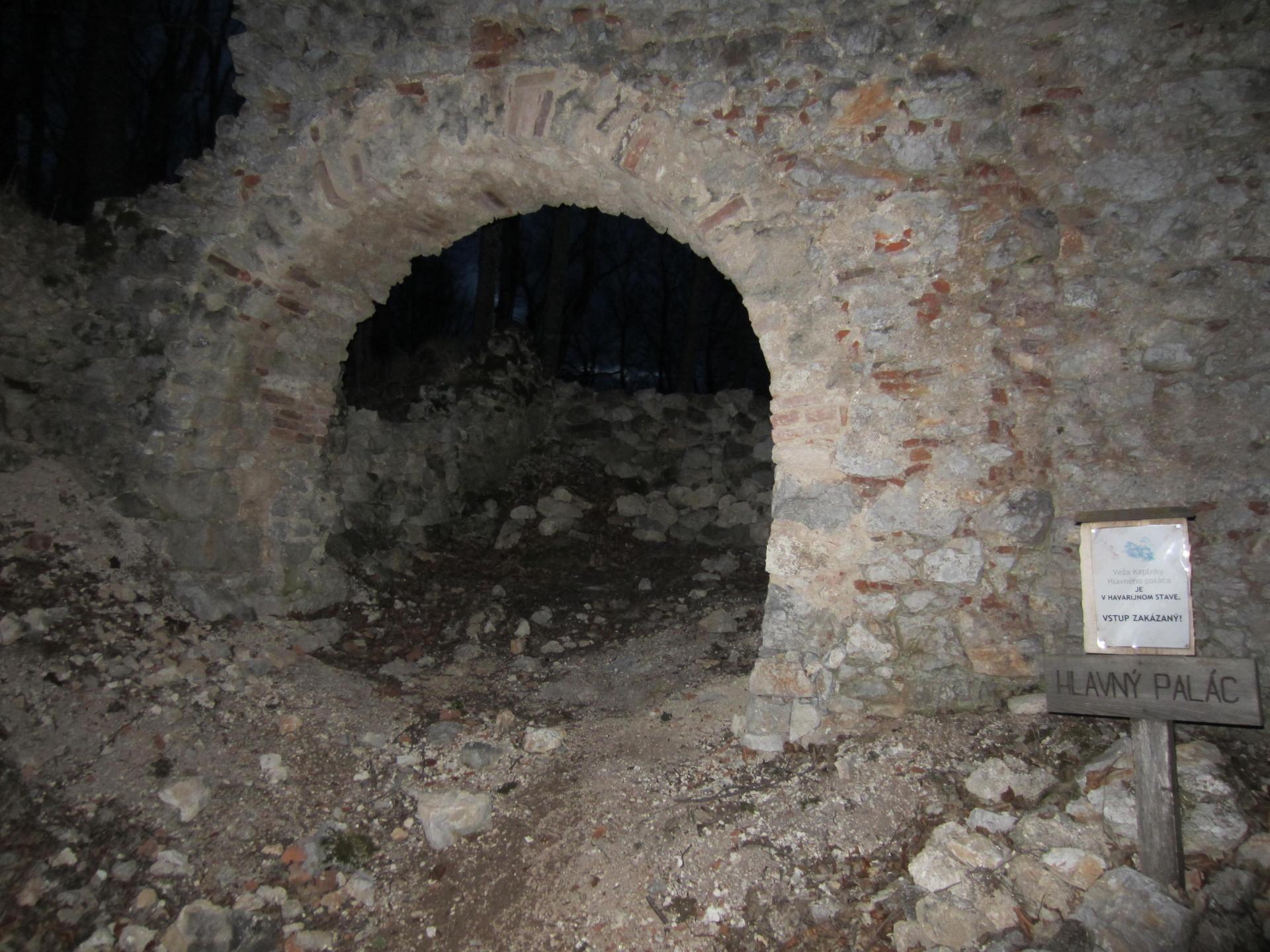 Luces de la misa en Roznava, tinieblas del castillo de Muran - Viaje de Pascua en autobús y tren (2/5)