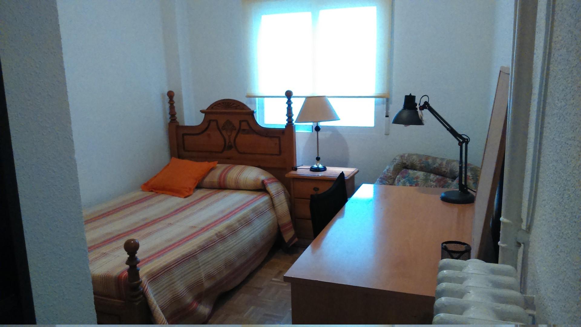 Dormitorio en magnifico piso moderno ordenado limpio y for Pisos modernos madrid