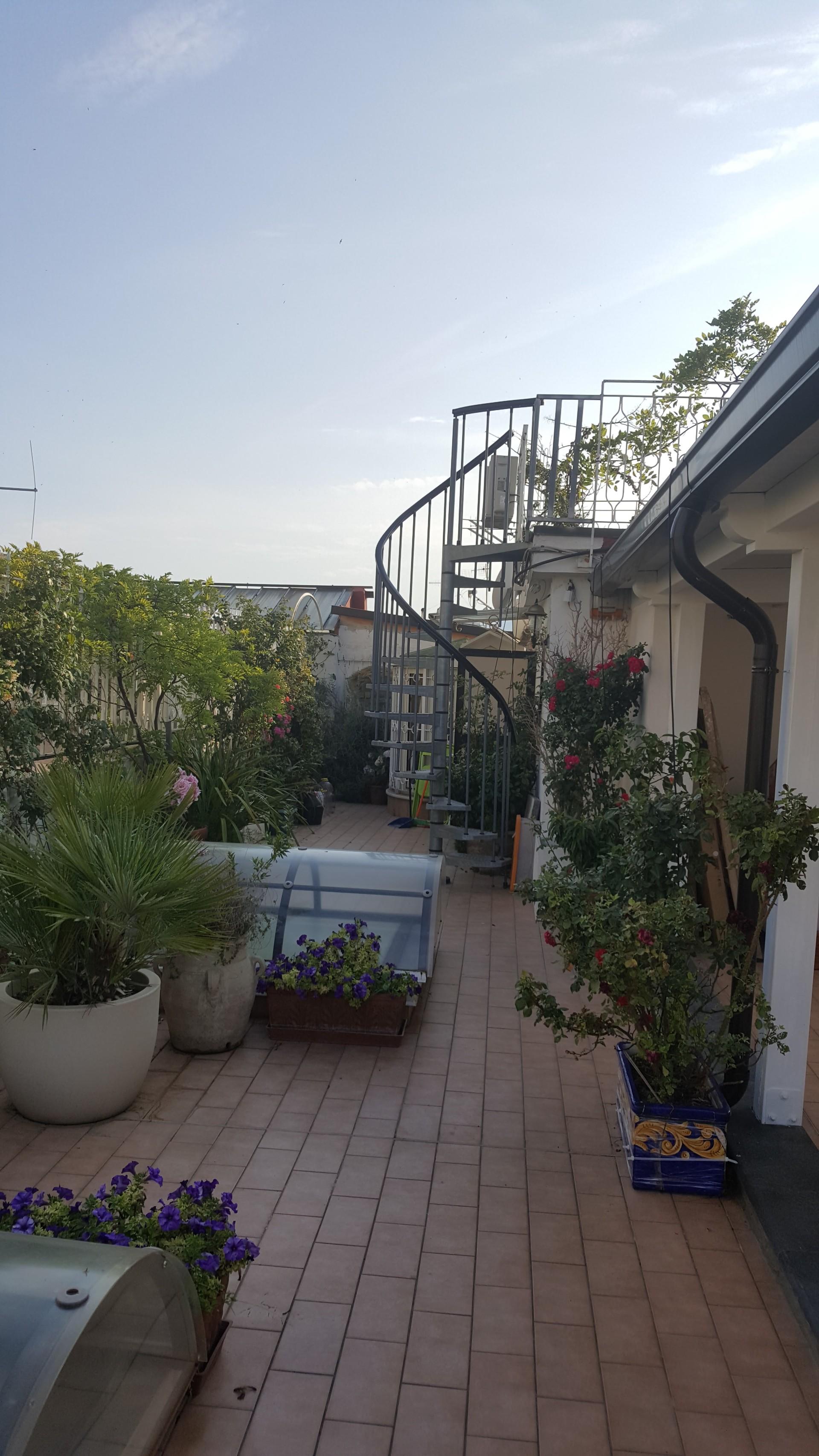 Monolocale in terrazzo giardino in palazzo storico for Monolocale arredato salerno