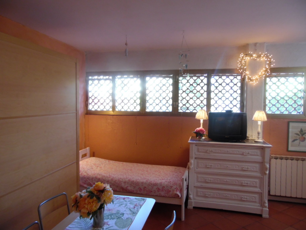 nice-quiet-studio-flat-near-cure-square-