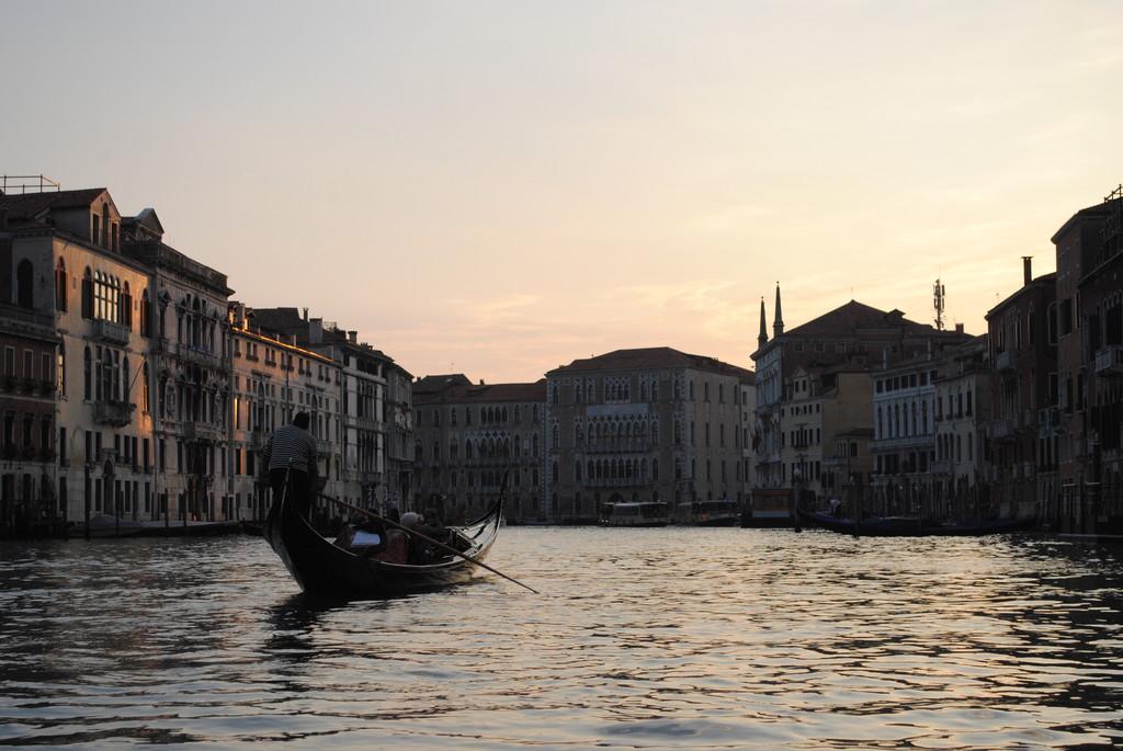 no-se-a-venecia-no-se-sube-gondola-9f186