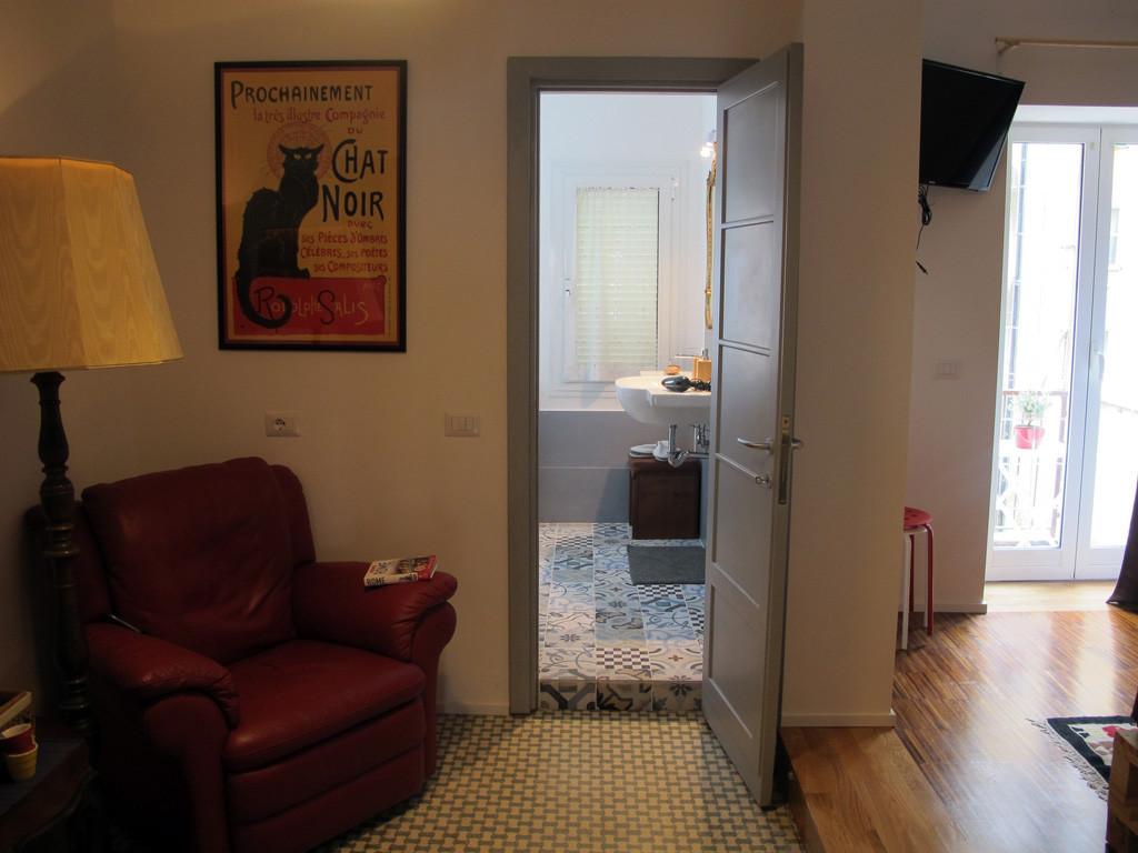 Nuovissima stanza con wc privato e balcone al flaminio for Stanza affitto roma