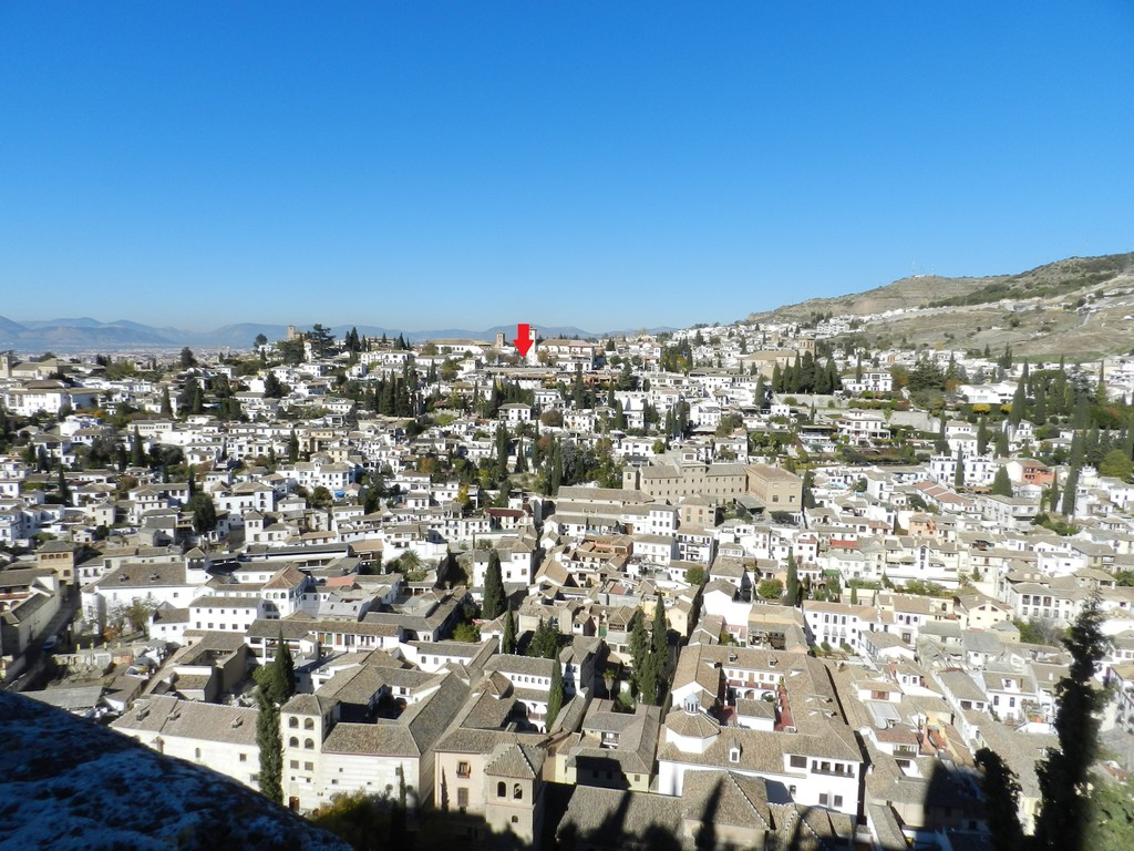 Observe the beauty of Granada and its Alhambra from the viewpoint 'Mirador de San Nicolás'.