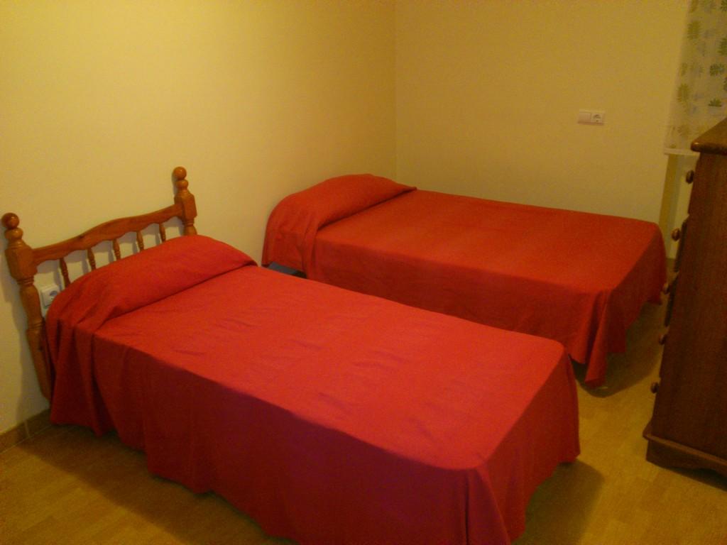 Piso 3 habitaciones 400 cerca playa c gibraltar for Pisos estudiantes almeria