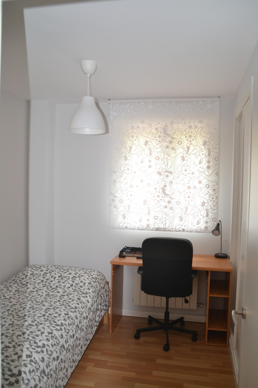 Piso con 3 habitaciones individuales sal n cocina for Piso 3 habitaciones alcobendas