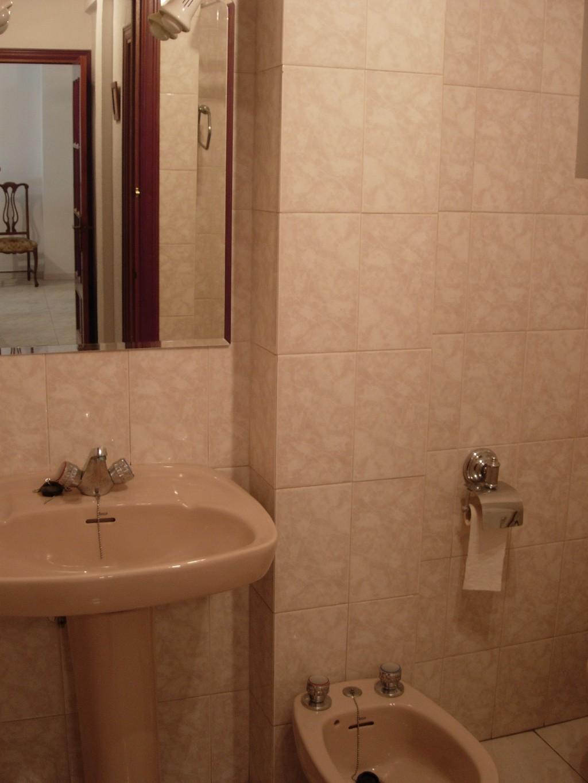 Piso amplio 3 dormitorios en m laga zona hospital civil for Pisos 4 dormitorios malaga