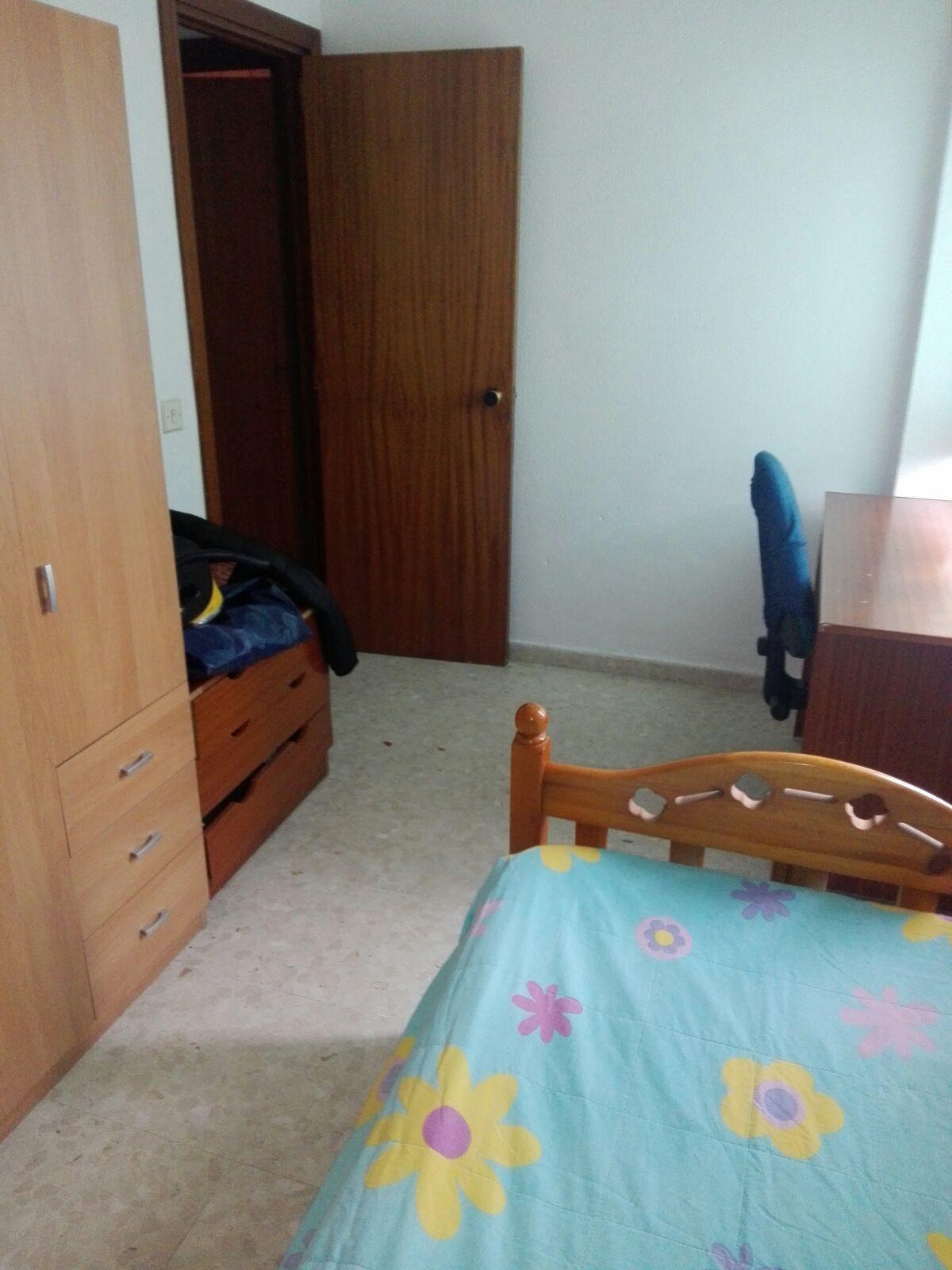 Piso amplio de 4 habitaciones y 2 baños