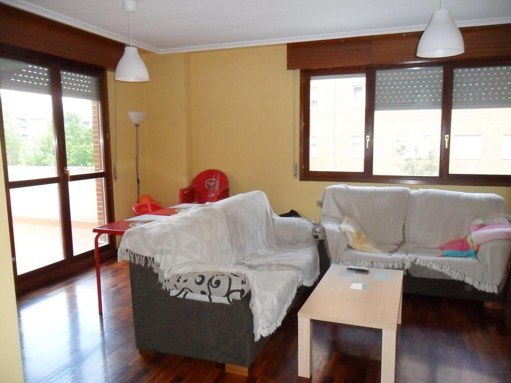 Piso amplio de 3 habitaciones con dos habitaciones libres for Piso 5 habitaciones