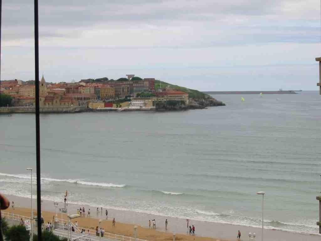 Piso amplio frente a la playa en gijon alquiler for Pisos en la playa