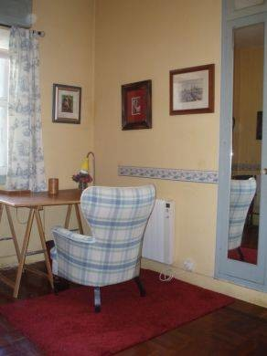 Dormitorio individual en piso amplio y soleado en