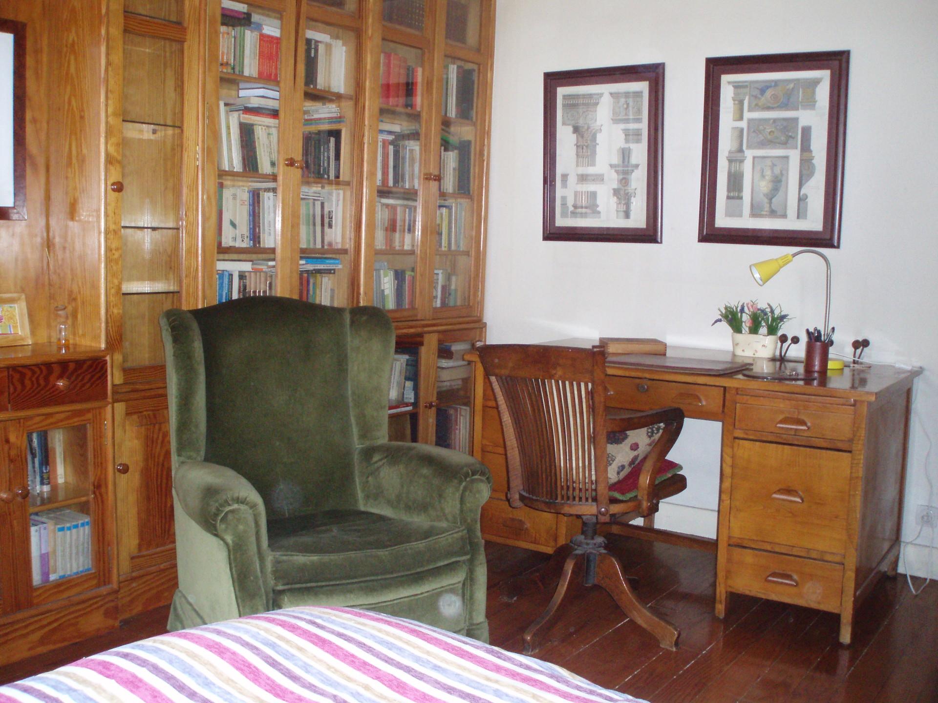 Dormitorio en piso amplio y soleado en el centro d