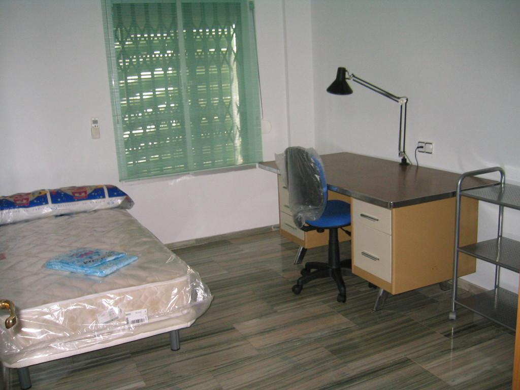 Piso amplio tres dormitorios totalmente amueblado para for Habitaciones para estudiantes