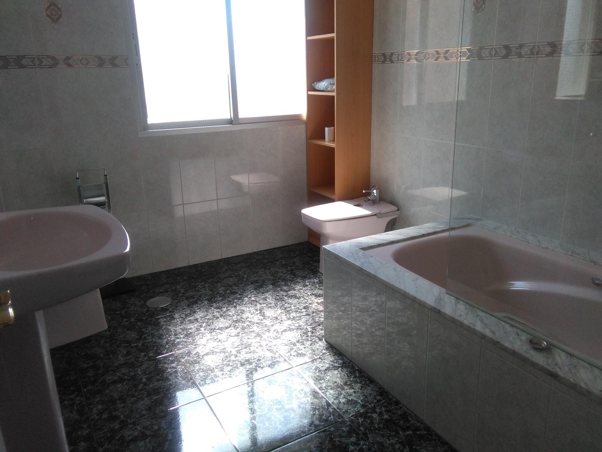 Piso amplio y soleado en una buena zona de m laga nueva for Piso 4 dormitorios teatinos malaga