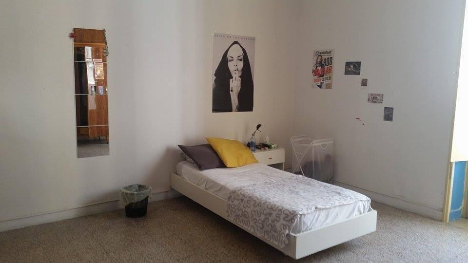 Piso en bari con tres habitaciones individuales y una for Alquiler de habitaciones individuales