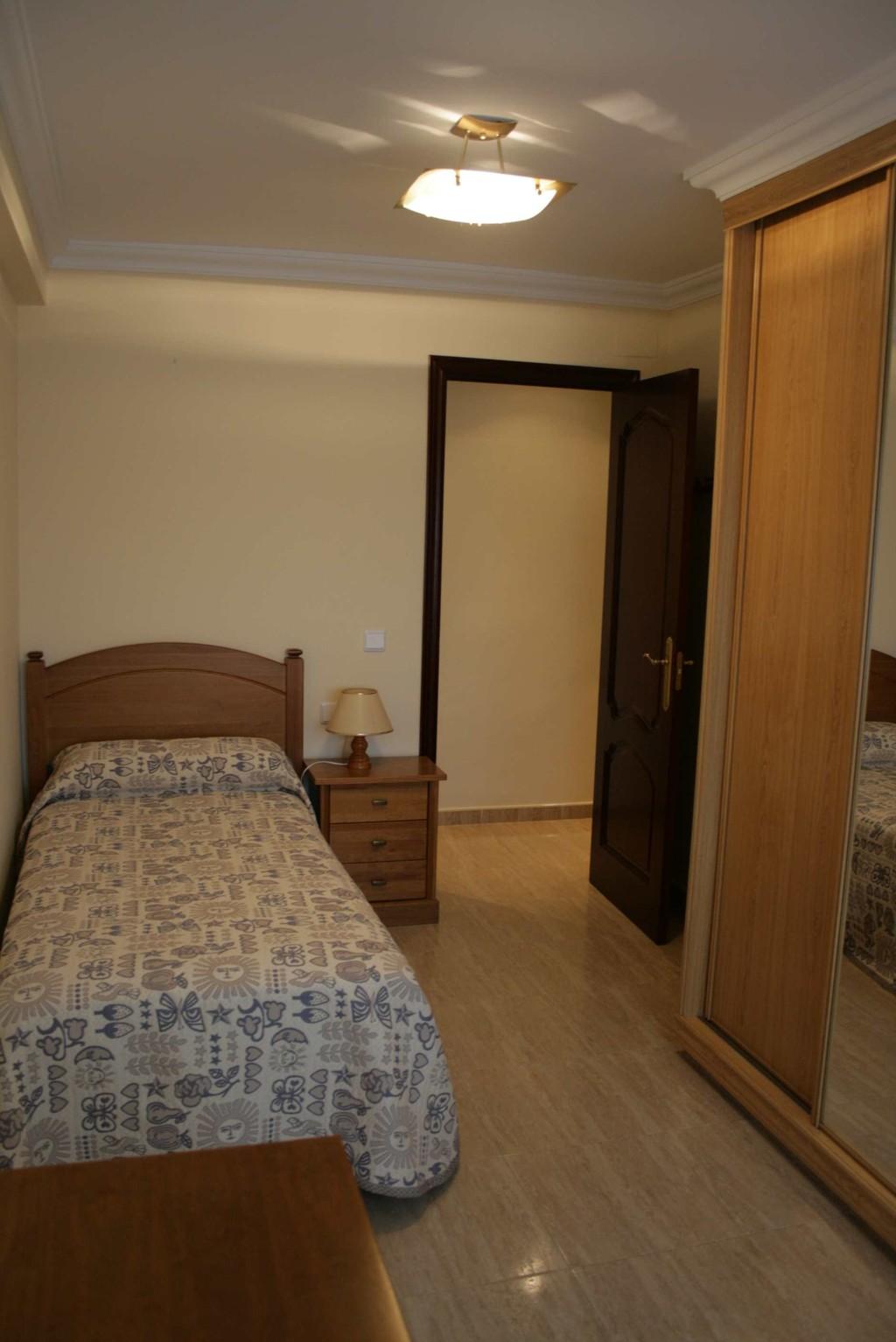 Piso de 3 habitaciones en cadiz zona hospital puerta del for Piso 3 habitaciones alcobendas