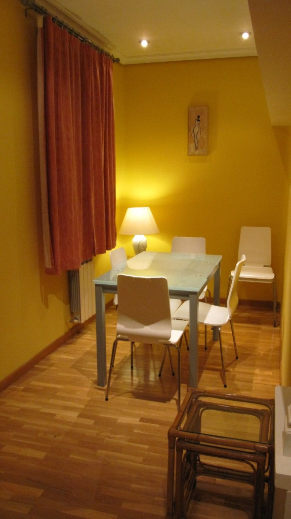 Piso de dos habitaciones para alquilar en el centro de for Compartir piso madrid centro