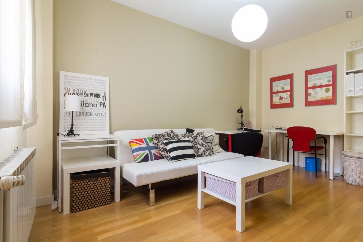 Piso de una habitaci n en calle del reloj callao alquiler estudios madrid - Pisos de una habitacion ...