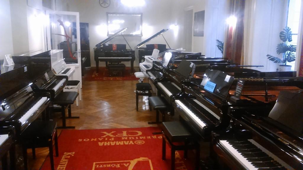 playing-piano-vienna-klavierhaus-u3-volk