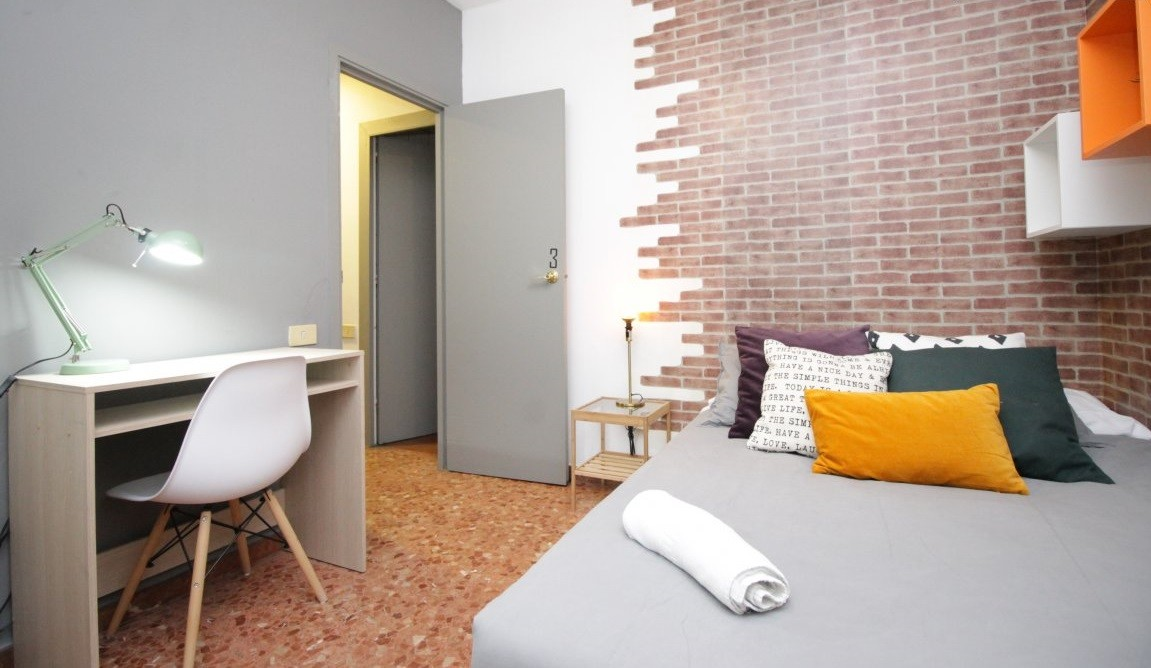 Pleasant room with double bed in a student residence, with servi
