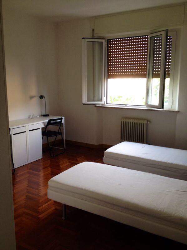 Posto letto in stanza doppia in luminoso appartamento in - Letto centro stanza ...