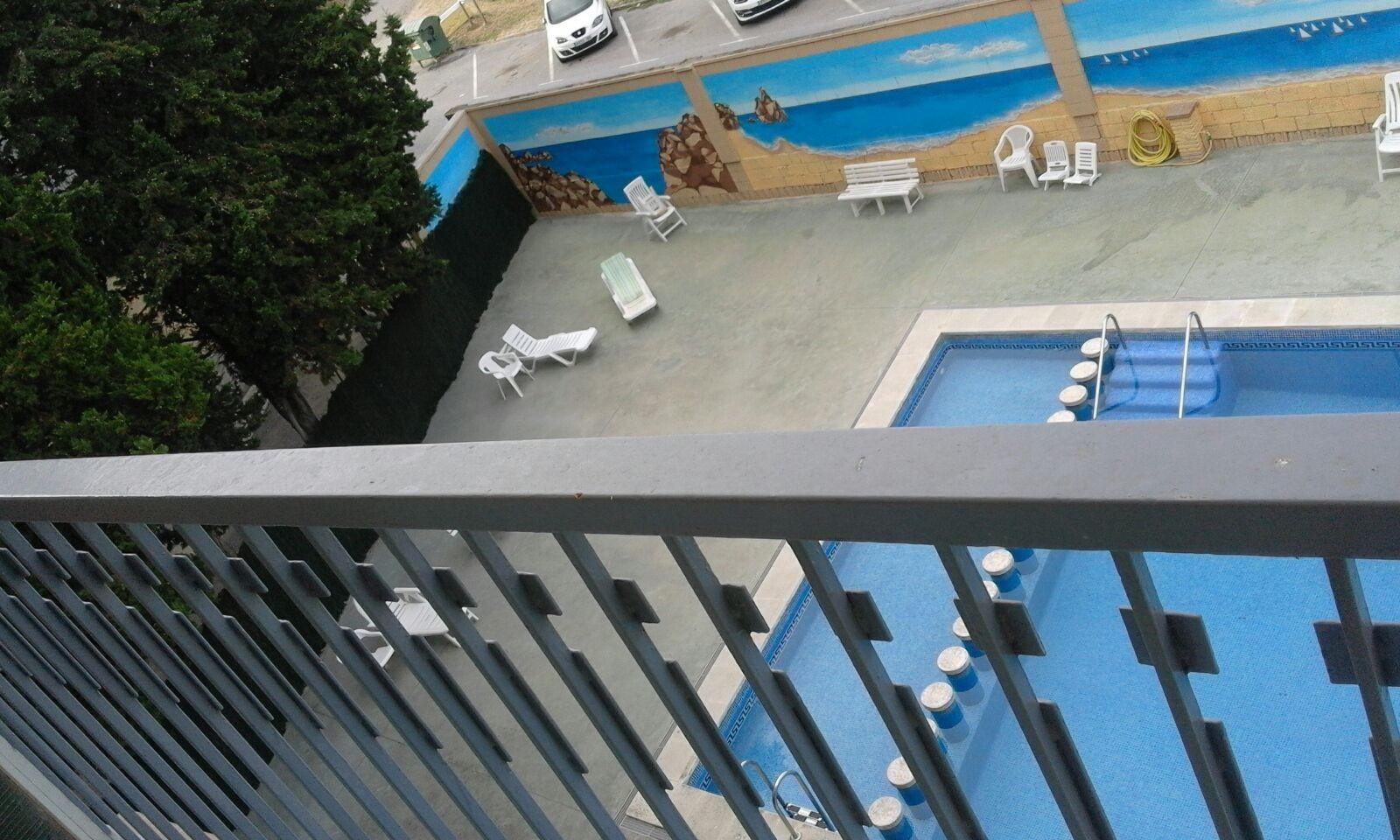 preciosa-habitacion-balcon-piscina-ee84c