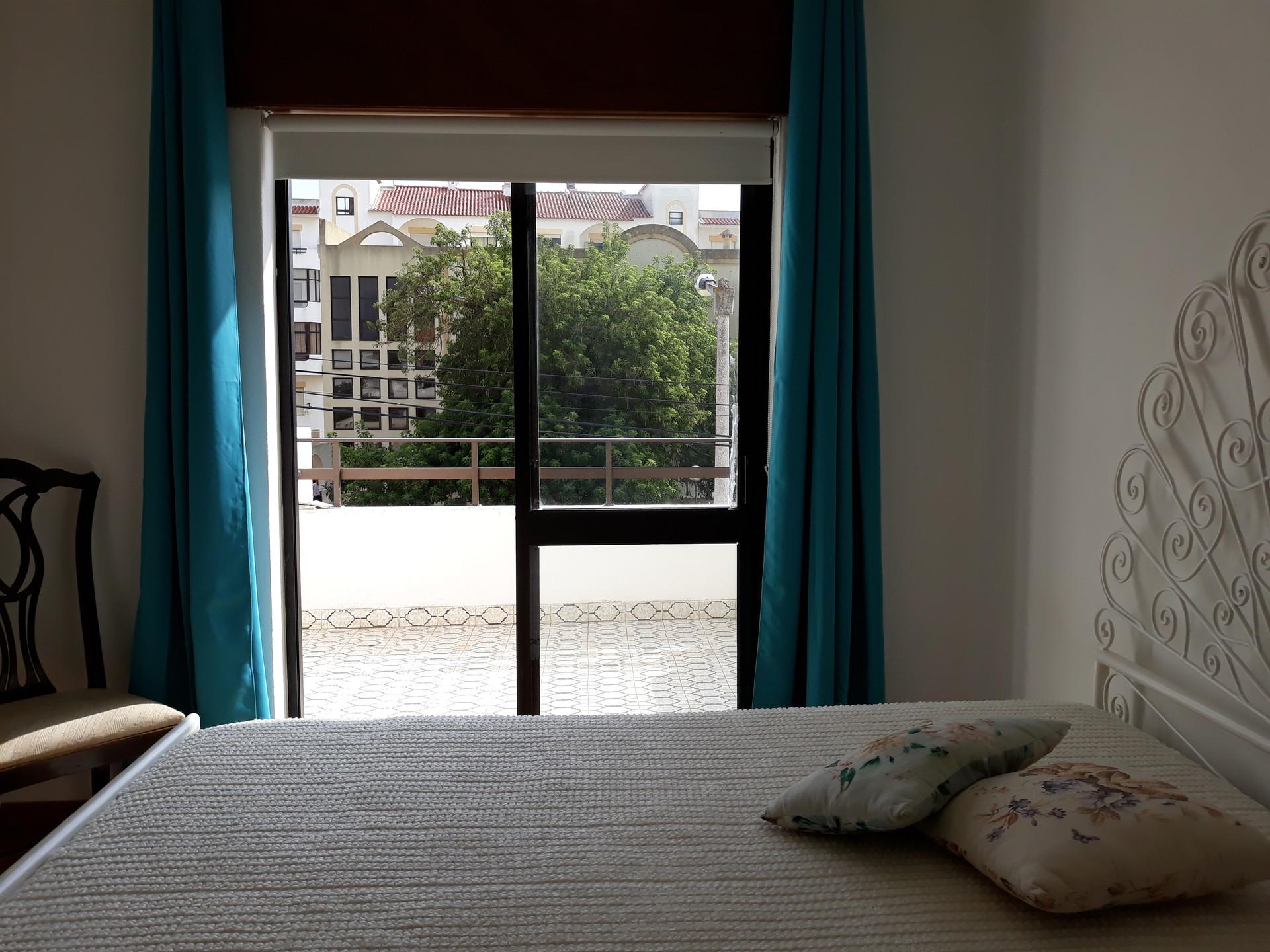 Quarto acolhedor, com grande janela e varanda, em zona calma, pe
