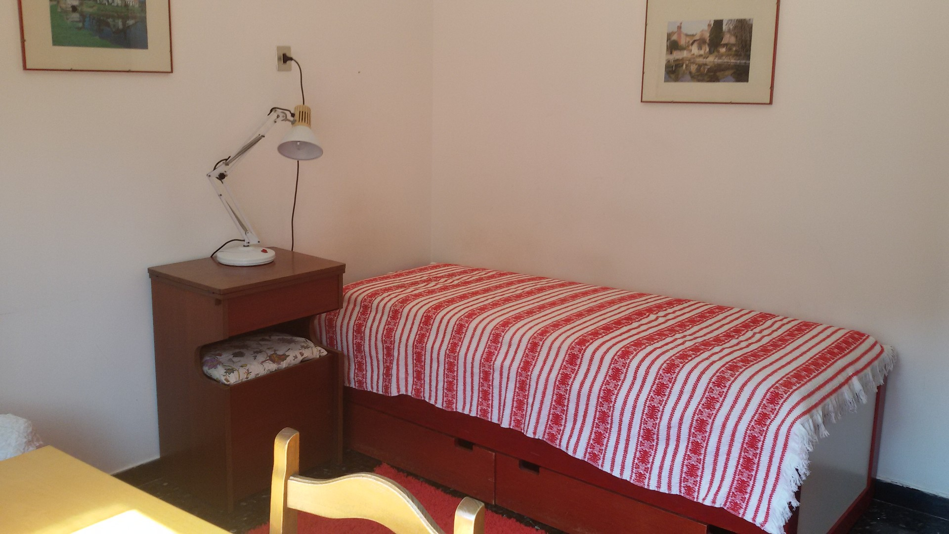 Quiet, large room in residential area near the sea