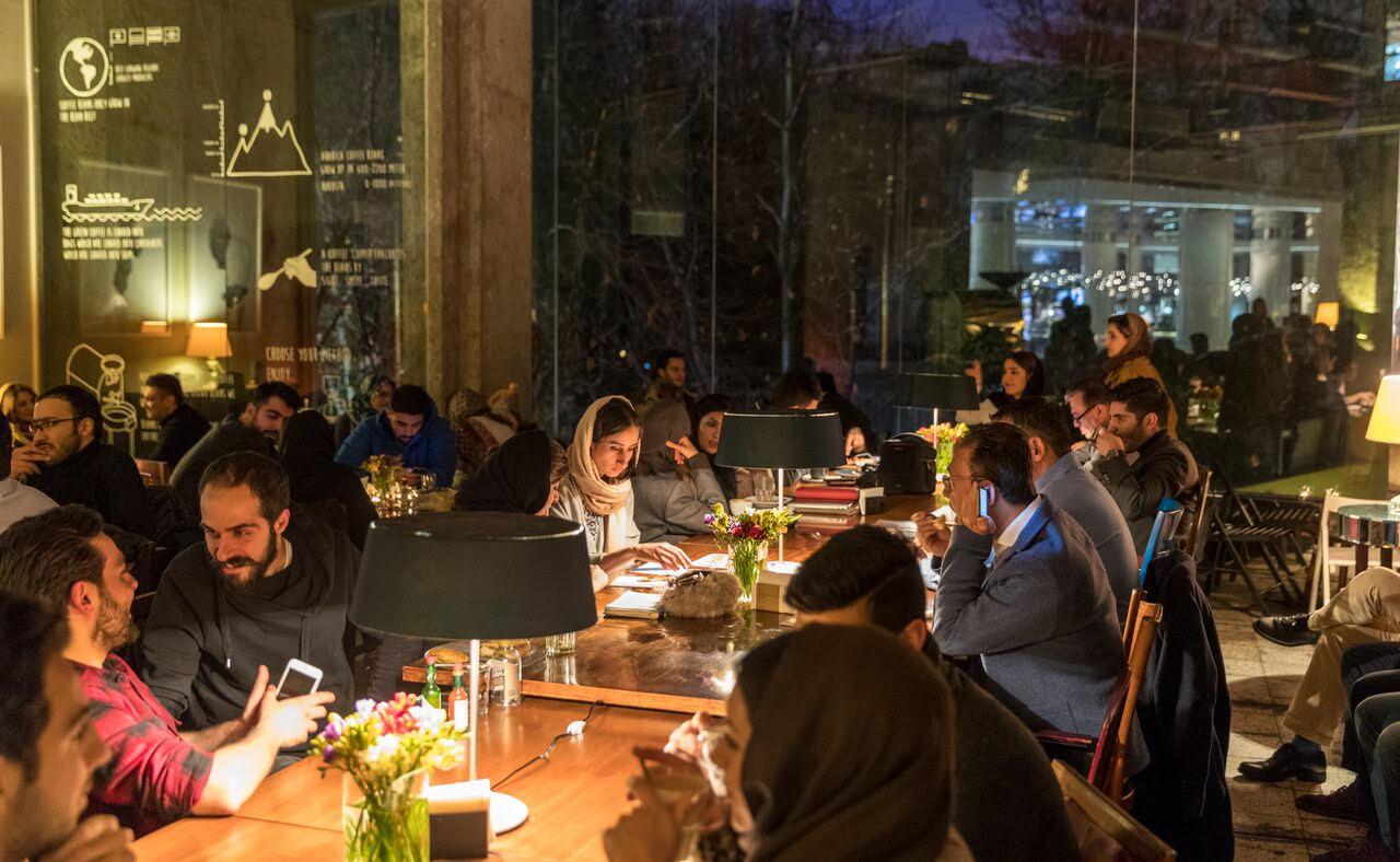 rilassarsi in uno dei bar più famosi di Teheran