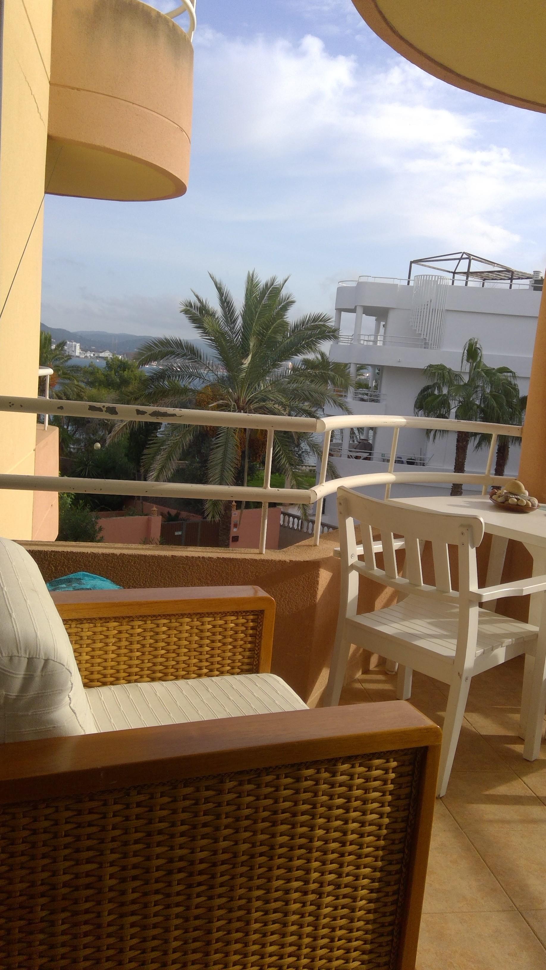 room-spacious-sunny-apartment-3dec30810a1cba28045b64fb65bd85e0