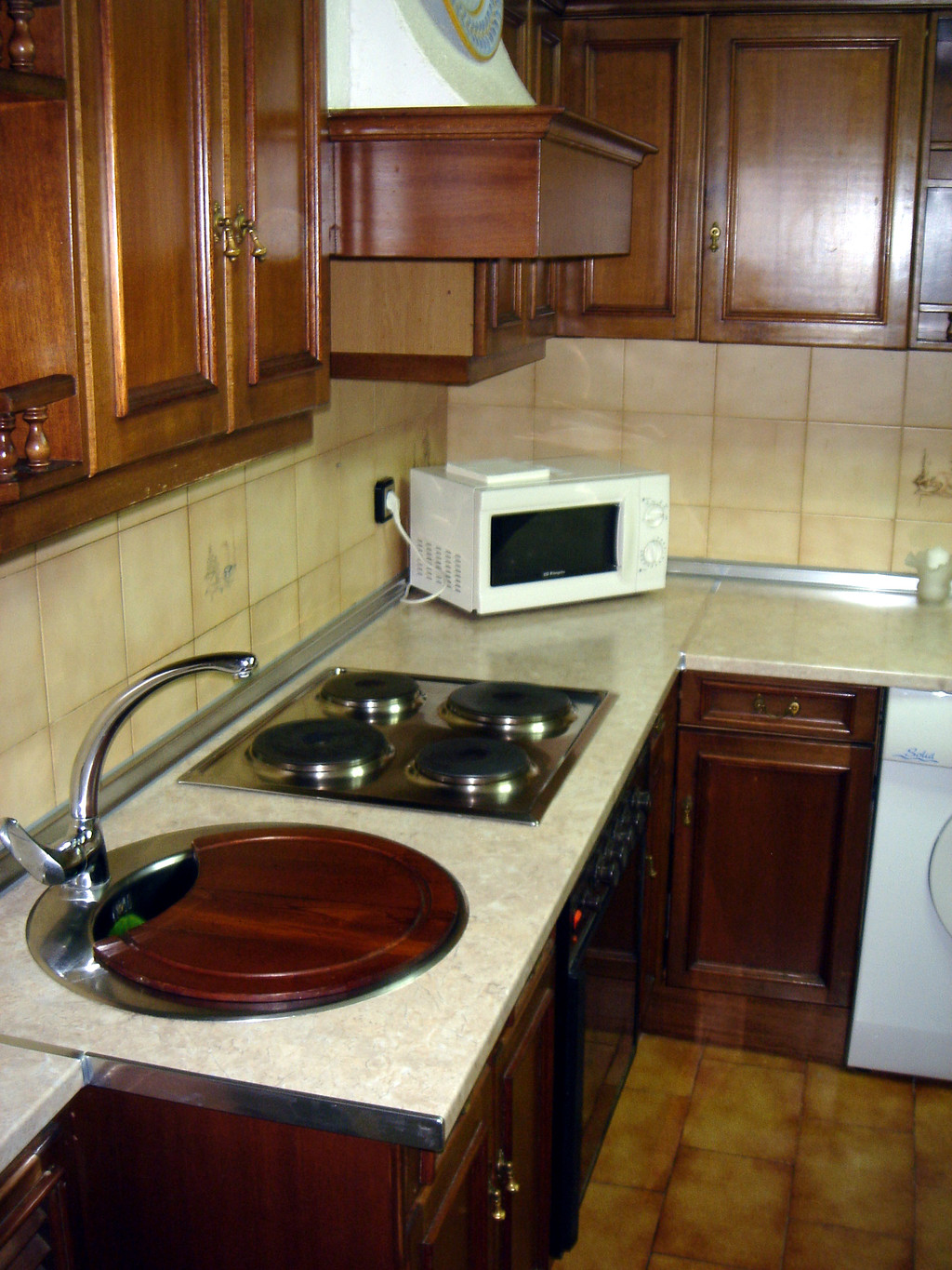 ROOM WITH EN SUITE BATHROOM TO RENT FOR A GIRL IN THE CITY CENTR. Room with private bathroom in the center of Salamanca  only girls