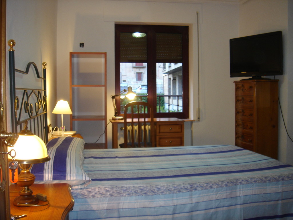 room with private bathroom in the center of salamanca (only girls