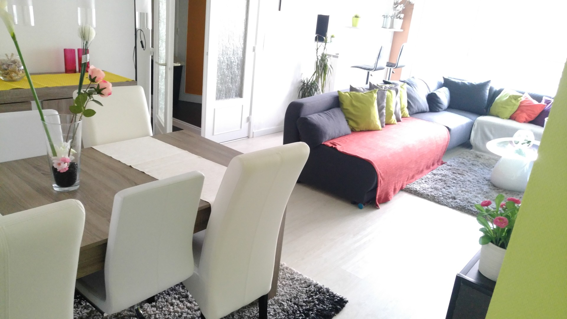 Room for rent in stylish 4 bedroom apartment with balcony in