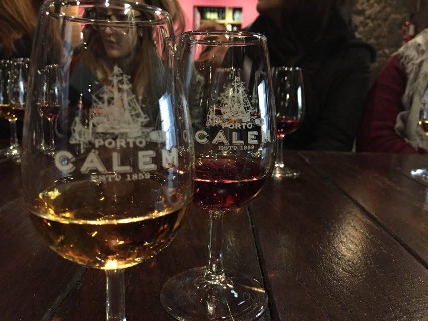 Sacude la sed en la casa de vino de Cálem