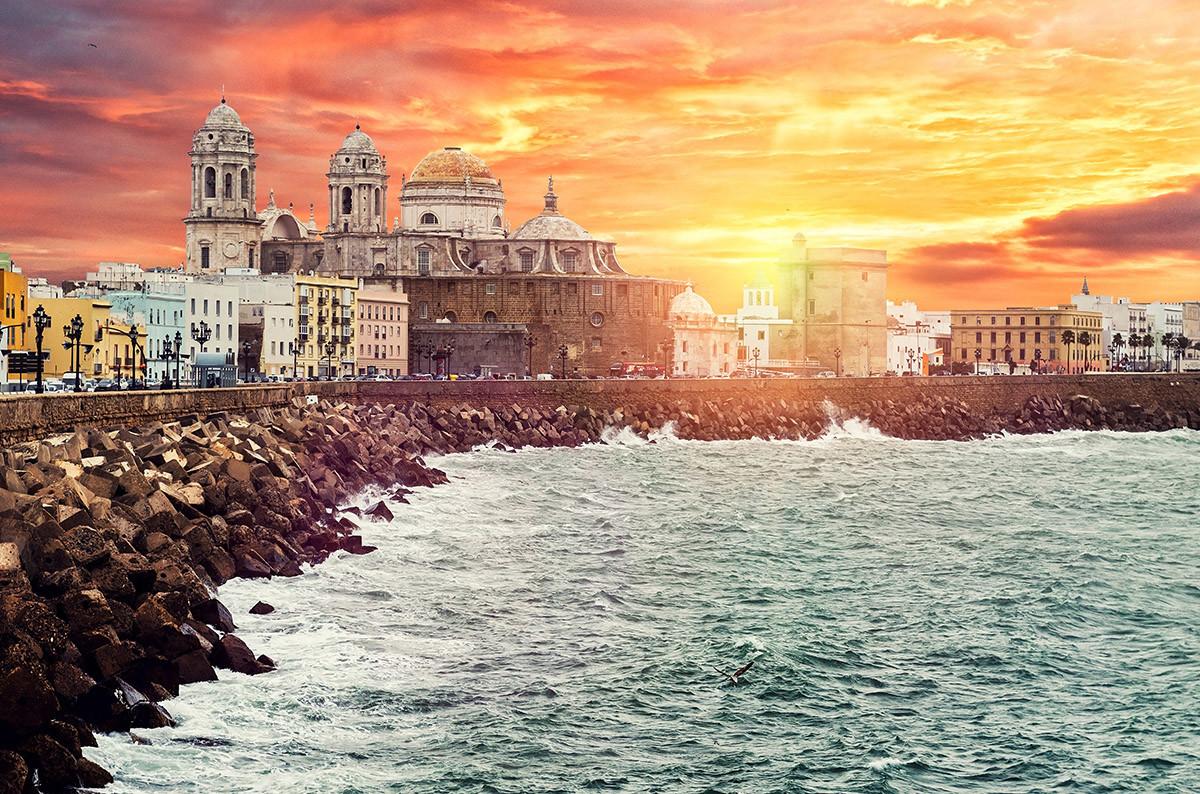 Sair à noite na parte antiga de Cádiz