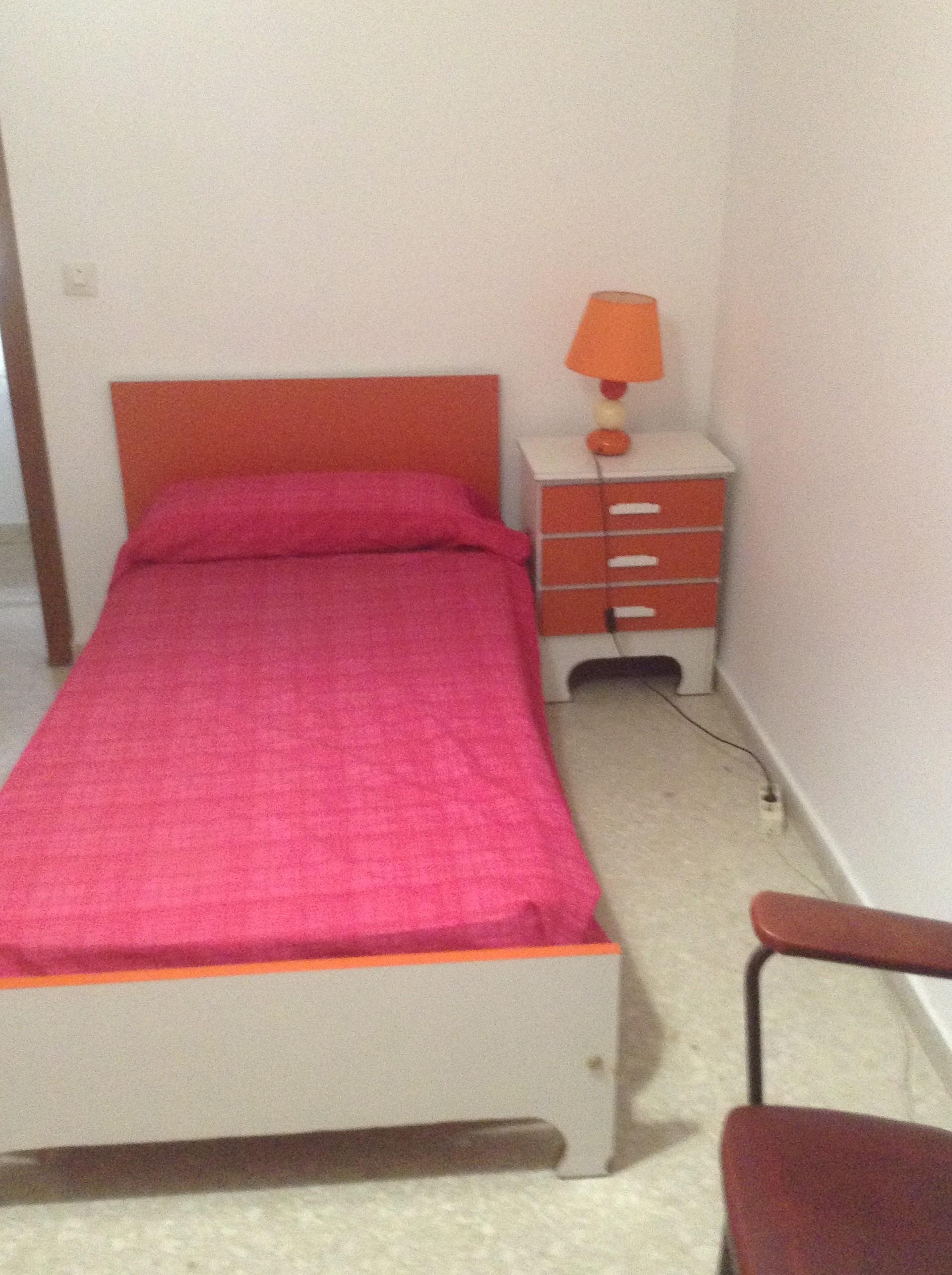 Se alquila habitación en piso amplio, con cocina, salón y dos cuartos ...