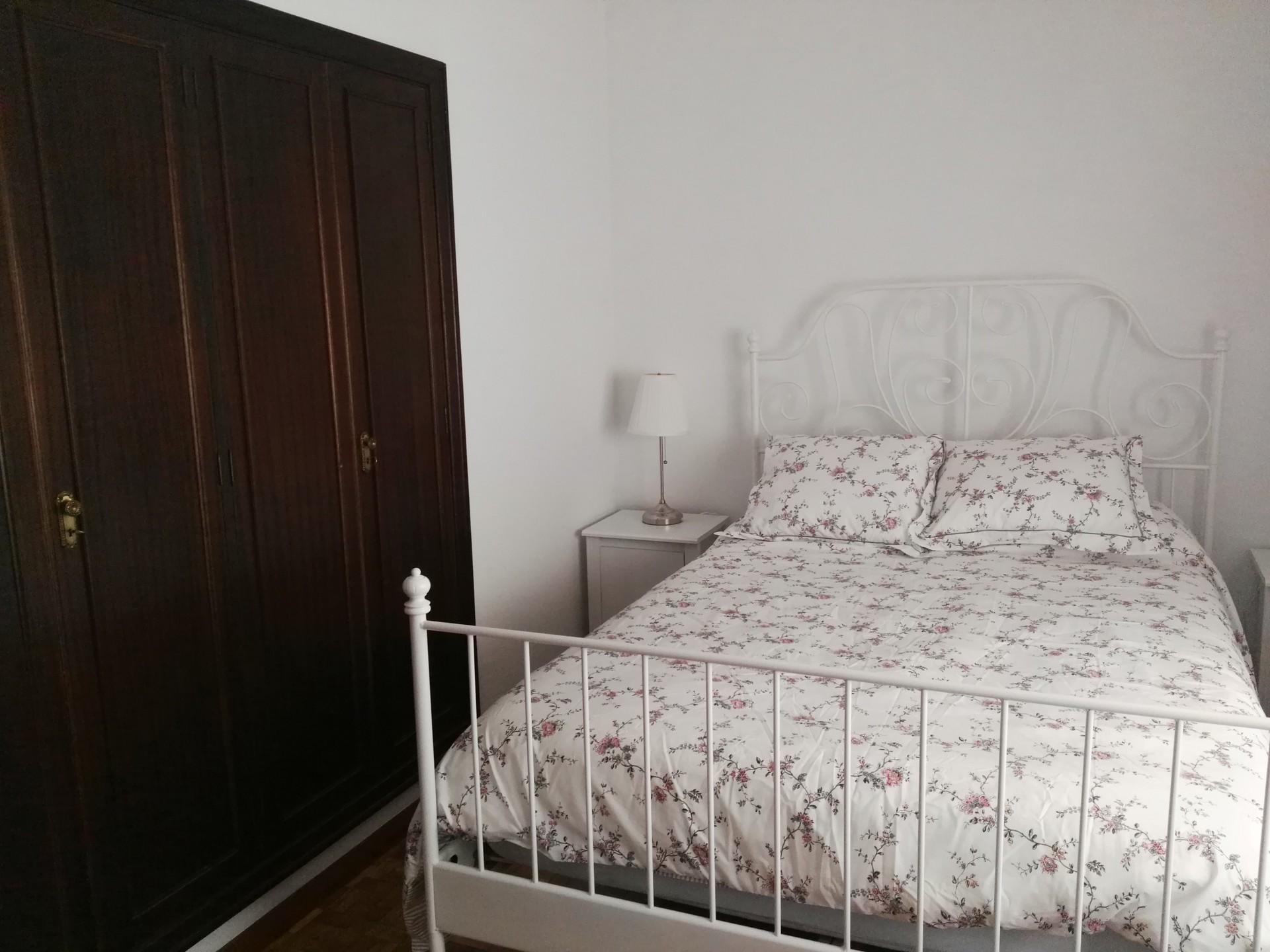 Se alquila una habitación espaciosa con un escritorio y cama dob