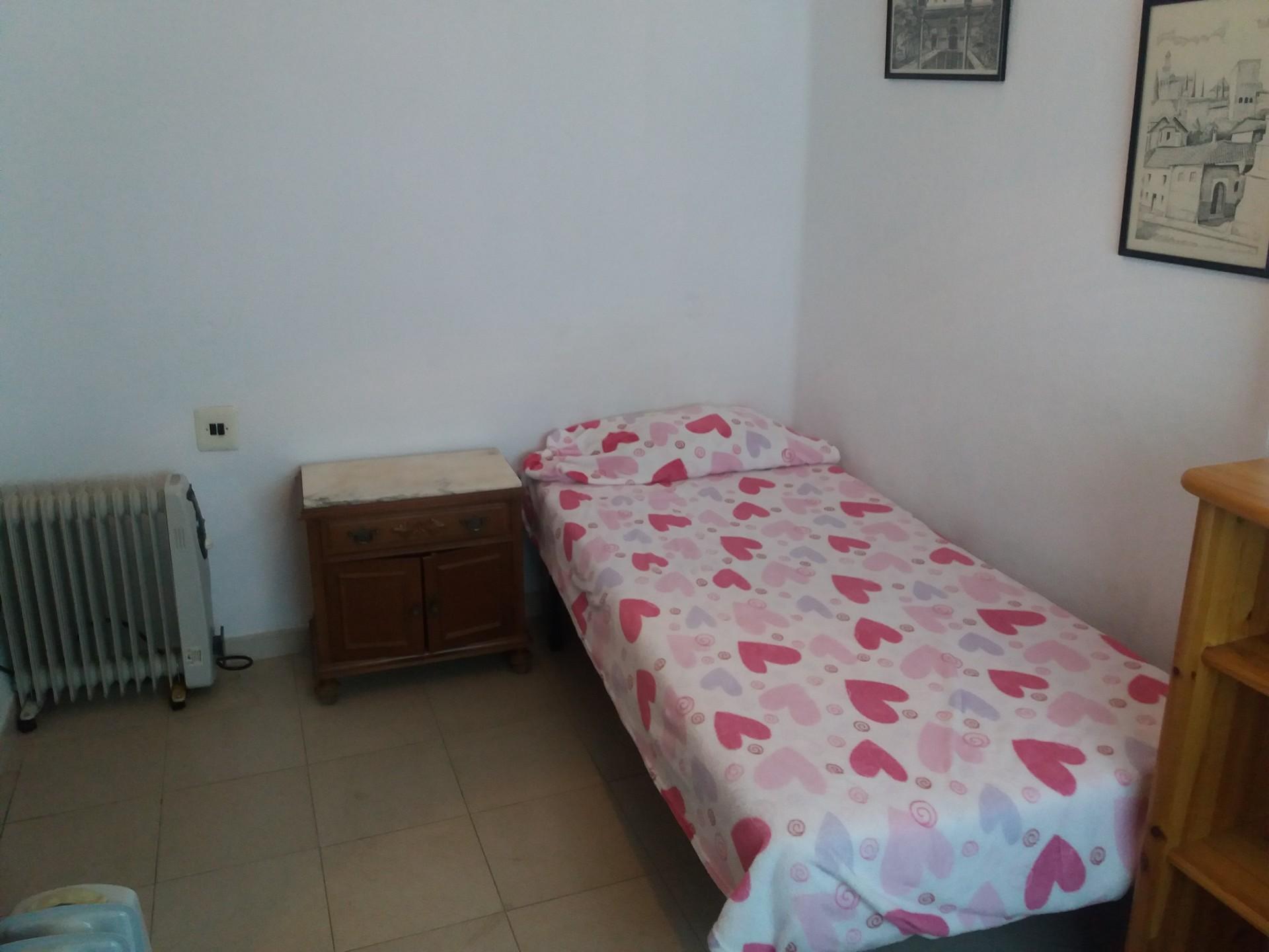 Se alquila habitación en piso soleado y tranquilo en zona de zai