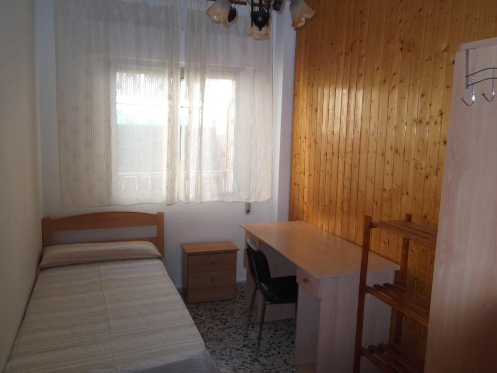 Se alquila habitaci n en piso compartido muy centrico for Universidades con habitaciones